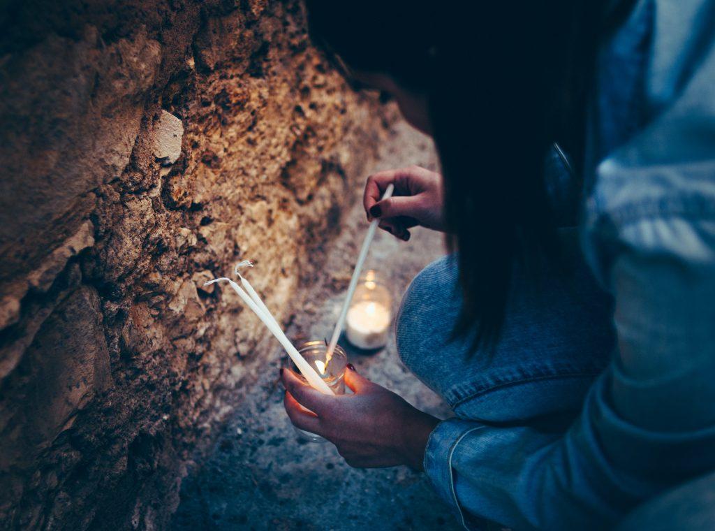 Psicología para el duelo Bilbao terapia gestalt mujer encendiendo una vela