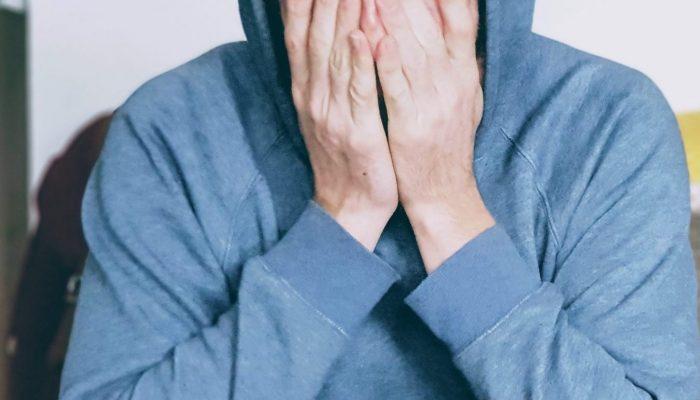 Tratamiento de la ansiedad Bilbao terapia gestalt decubrirte hombre con gorro tapándose la cara con las manos