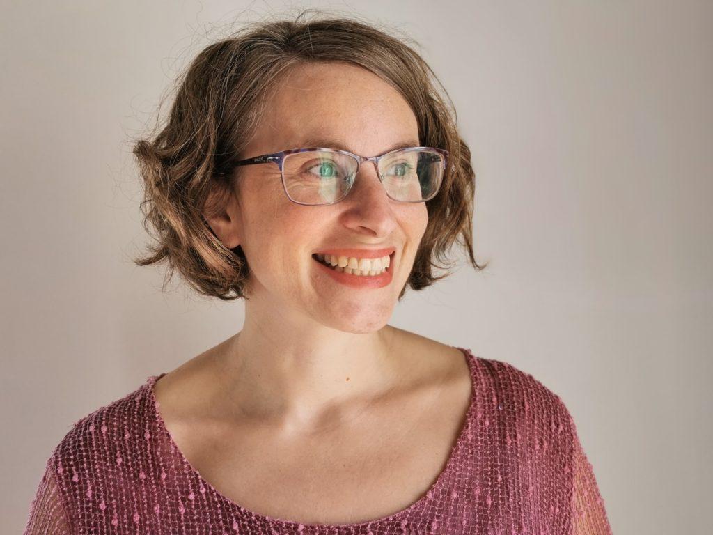 Raquel Pascual psicóloga Bilbao de Descubrirte mirando a la derecha y sonriendo